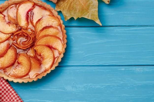 Torta de maçã na vista superior de madeira azul