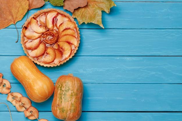 Torta de maçã na vista superior do fundo azul de madeira