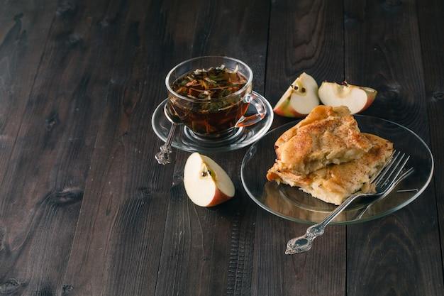 Torta de maçã ou torta de maçã com tâmaras e canela