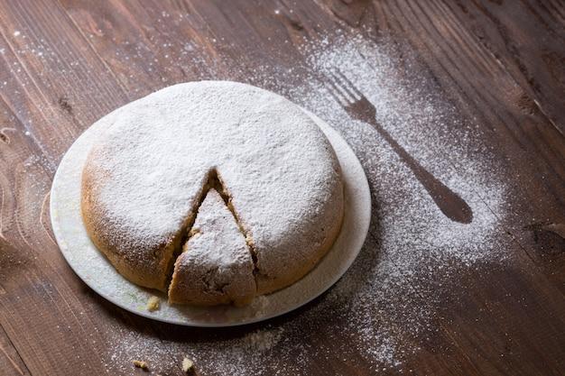 Torta de maçã polvilhada com açúcar de confeiteiro
