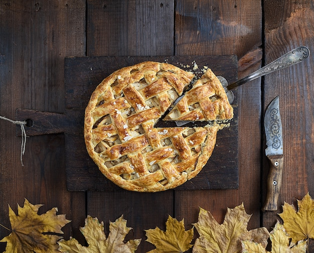 Torta de maçã redonda inteira assada
