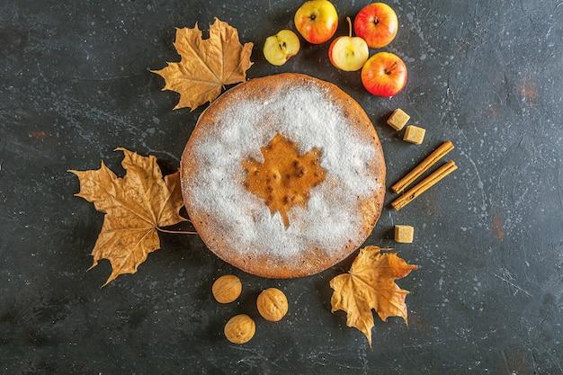 Torta de maçã, sapateiro, charlotte. prato de ação de graças e folhas secas do outono