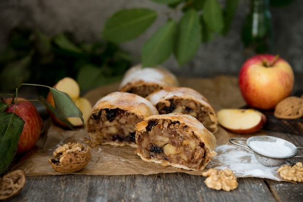 Torta de maçã tradicional com maçã e passas