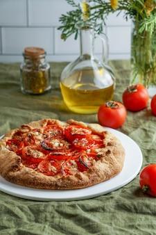 Torta de massa com queijo feta e tomate, azeite e temperos