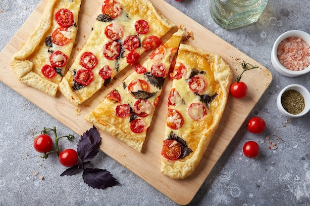 Torta de massa folhada com mussarela de tomate cereja e manjericão roxo