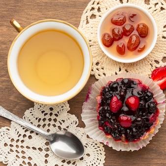Torta de mini frutas com chá