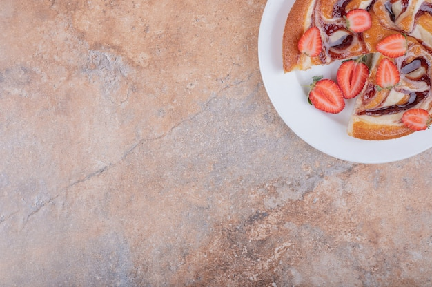 Torta de morango com calda de chocolate em prato branco Foto gratuita