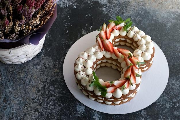 Torta de morango em forma de número oito. conceito para 8 de março