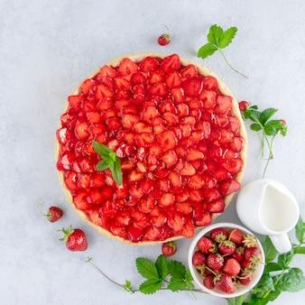 Torta de morango em uma mesa aberta. bagas sazonais. torta de frutas aberta.