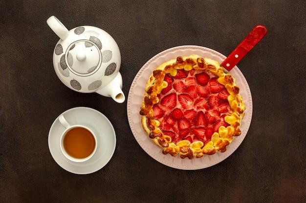 Torta de morango fresco no café da manhã com chá verde