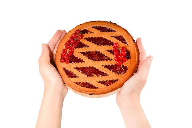Torta de morango nas mãos de uma mulher isolada no fundo branco