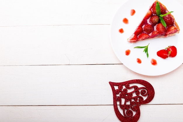 Torta de morango no prato branco.