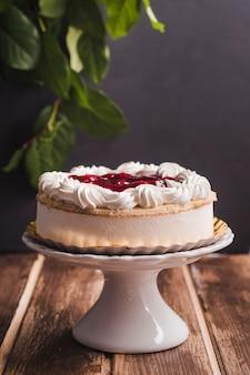 Torta de mousse de vista lateral com cereja