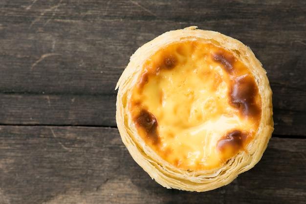Torta de ovo no fundo da mesa de madeira. vista do topo.