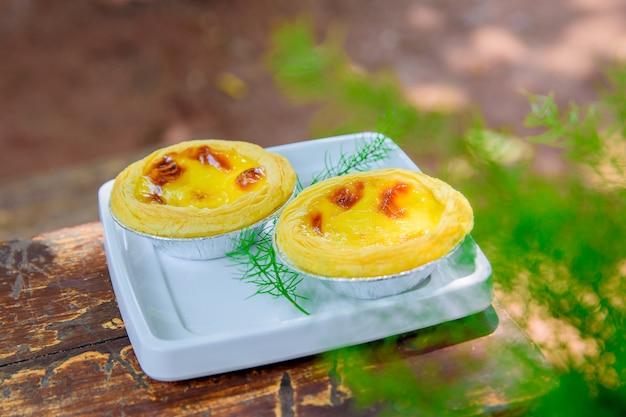 Torta de ovo no fundo da mesa de madeira.