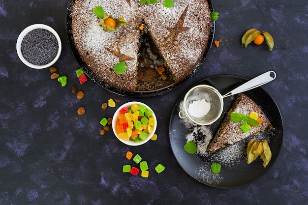 Torta de papoula com passas e frutas cristalizadas. vista do topo