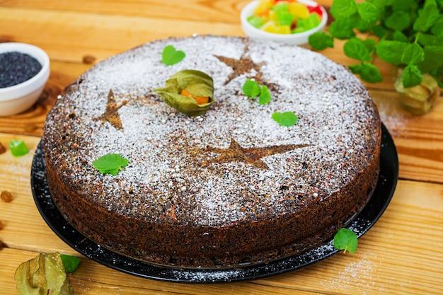 Torta de papoula com passas e frutas cristalizadas