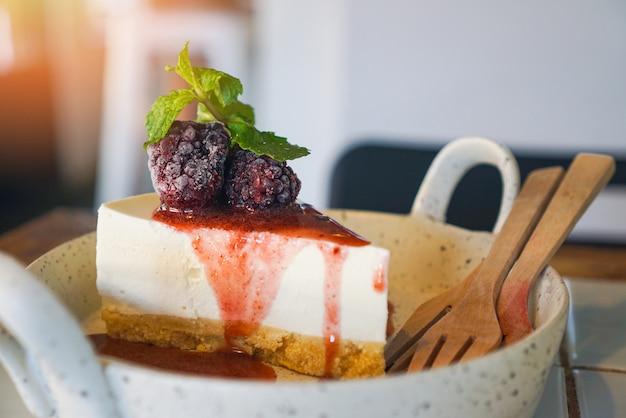 Torta de pedaço de bolo com molho de framboesa - deliciosa sobremesa caseira