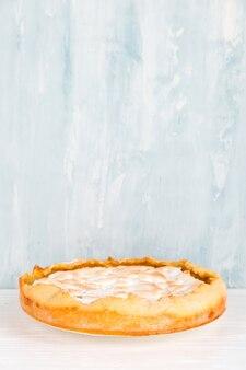 Torta de pêra com creme, deliciosos pastéis caseiros, sobremesa no café da manhã, na mesa branca. copie o espaço.