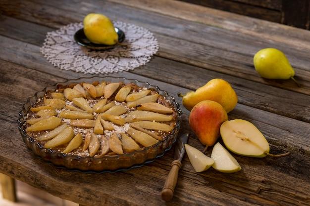 Torta de peras, faca e peras