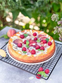 Torta de pêssego e berry no jardim