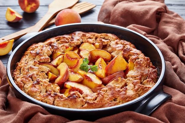 Torta de pêssego popular durante todo o ano, sobremesa rápida e fácil de fazer, feita com pêssegos orgânicos, mistura de farinha sem glúten e farinha de trigo sarraceno, açúcar e manteiga