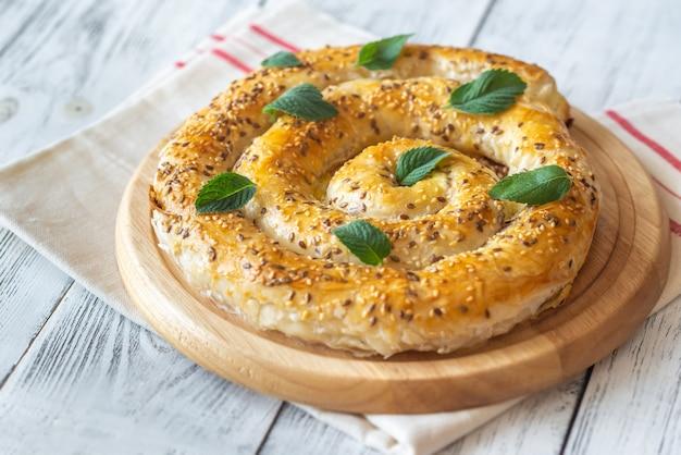 Torta de phyllo recheada com queijo feta