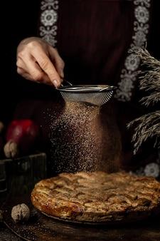 Torta de queijo de maçã na mesa de madeira. a parte superior e direita do bolo em foco
