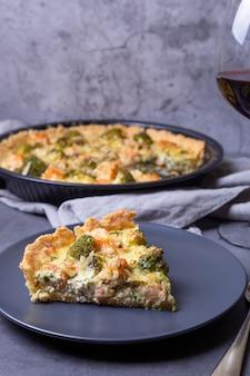 Torta de quiche aberta com brócolis de truta e queijo torta tradicional de doces caseiros sem açúcar