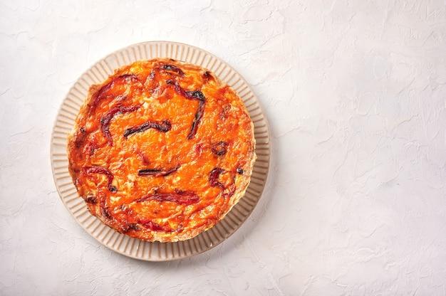 Torta de quiche caseira com frango com tomate seco e queijo cheddar na superfície da luz vista superior