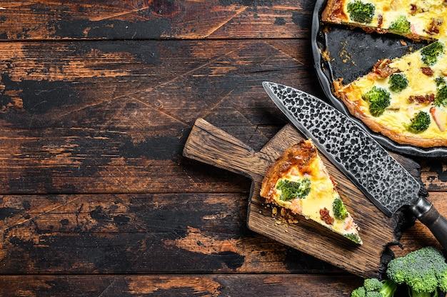 Torta de quiche com salmão defumado, brócolis e espinafre