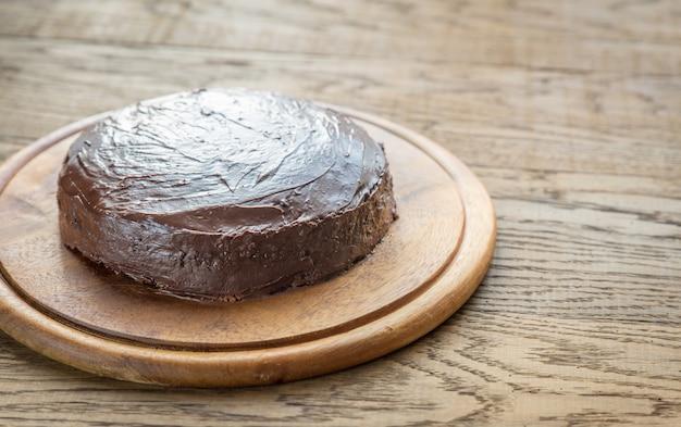 Torta de sacher na placa de madeira
