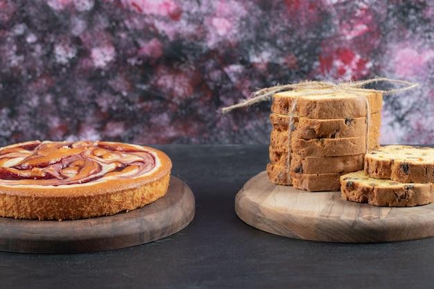 Torta de sultana fatiada em uma placa de madeira rústica.