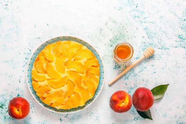 Torta de torta de sobremesa francesa deliciosa caseira com pêssegos.