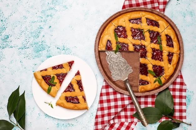 Torta deliciosa cereja tradicional baga crostata na superfície da luz