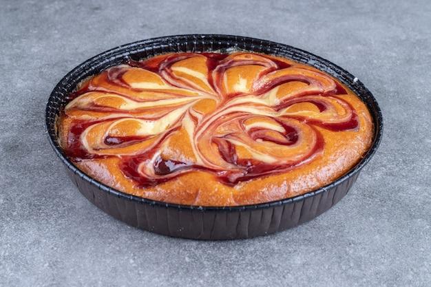 Torta deliciosa com amoras na superfície de mármore