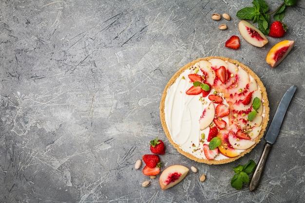 Torta deliciosa com pêssegos e morangos