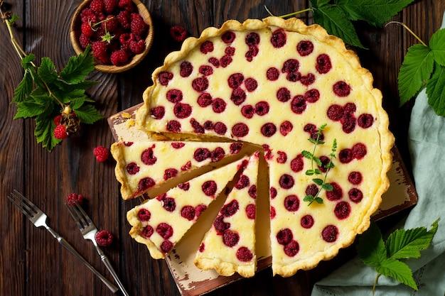 Torta doce com frutas frescas e framboesas frescas torta de frutas vermelhas no verão vista superior