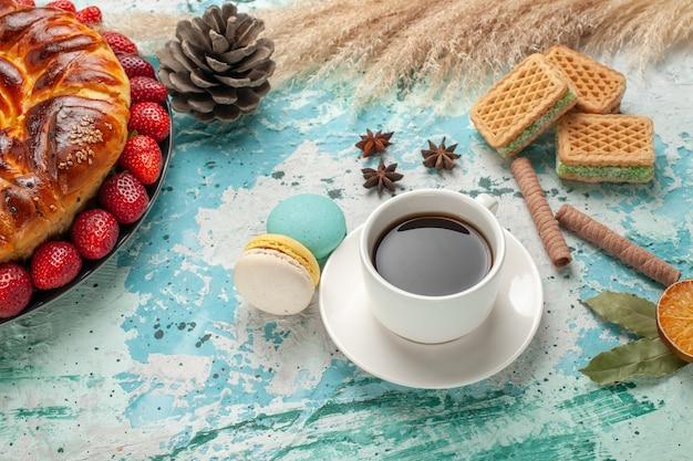 Torta doce gostosa de vista frontal com waffles de morangos vermelhos frescos e xícara de chá na superfície azul