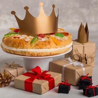 Torta e presentes saborosos de epifania feliz