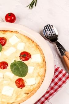 Torta francesa de espinafre caseiro quiche lorraine na placa de madeira