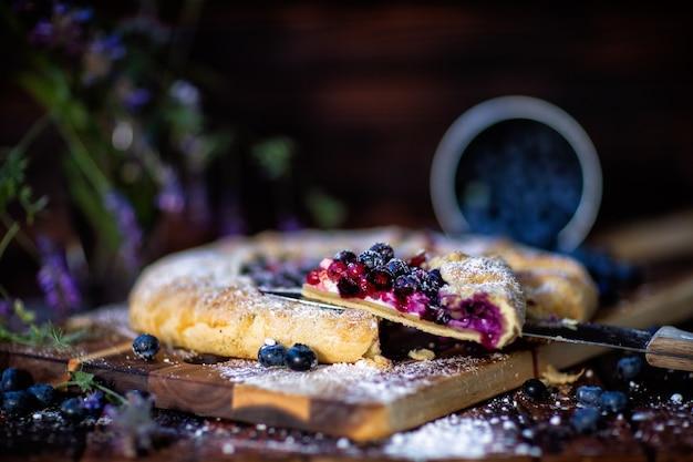 Torta francesa de galette. estilo rústico. vista lateral na seção. cozinhar, assar