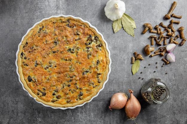Torta francesa tradicional quiche lorraine com cogumelos, batata, queijo, cebola e temperos.