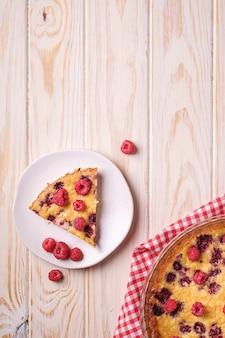 Torta saborosa com gelatina e frutas frescas de framboesa na assadeira