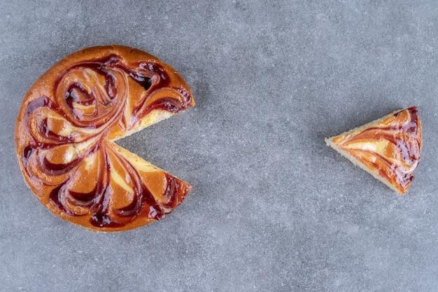 Torta saborosa com suco de frutas vermelhas na superfície de mármore