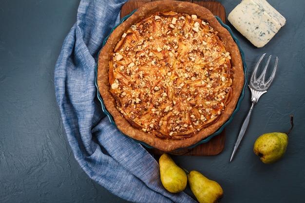 Torta saborosa no prato. de cima. copie o espaço.