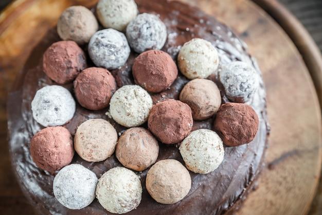 Torta sacher decorada com trufas