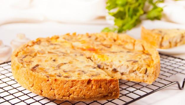 Torta torta caseira recentemente saborosa de lorena da quiche francesa com carne e cogumelos da galinha.