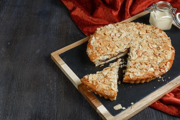 Tortas caseiras rústicas caseiras de maçã, amora, chocolate e limão de estilo americano