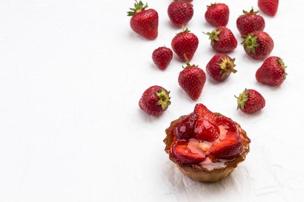 Tortas com frutas vermelhas. morango em fundo branco. vista do topo. copie o espaço.